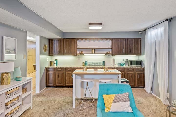 Fresh Decor with Pool Table - Minutes to Downtown!