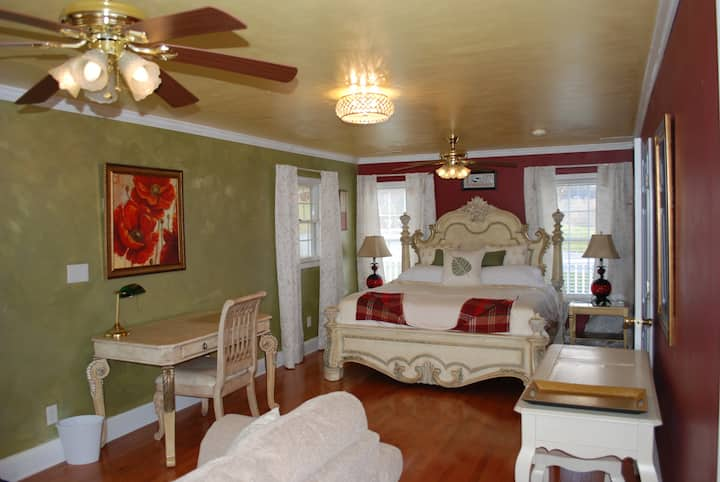 Olive Leaf Cottage Suite, in Mountain City