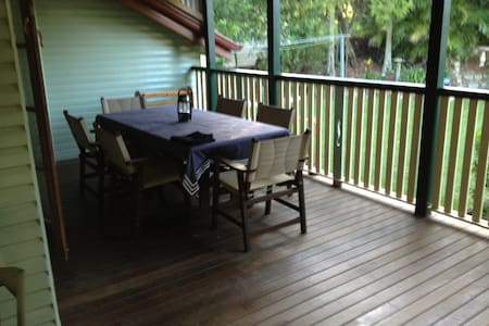 Cosy, green and leafy home, back decks a treat. - Mount Gravatt