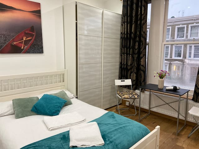 CONFORTABLE DOUBLE 6MIN EARLS COURT/WEST R-B/F6