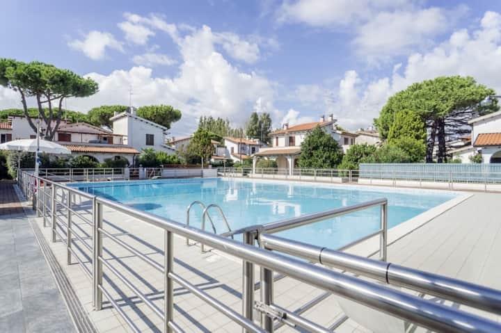 Villetta nuova in Res. con piscina 50 mt. dal mare