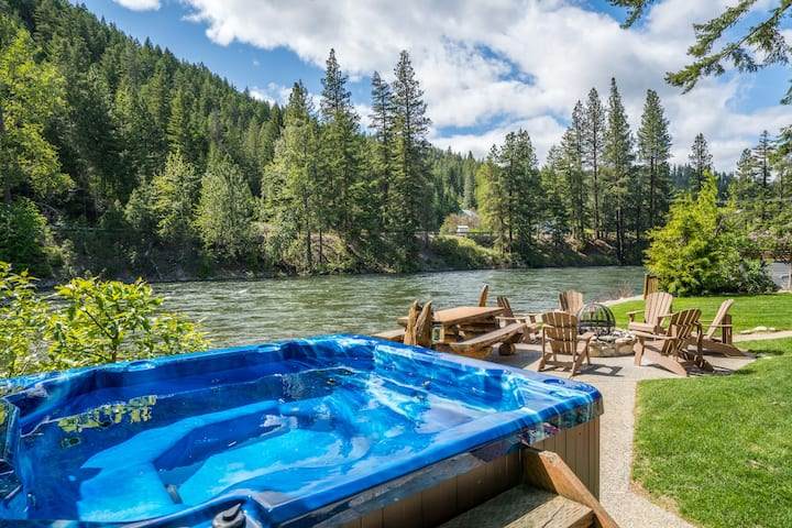 NEW LISTING! Stunning log home on the Wenatchee River, WiFi, Hot Tub & more- Moosehead Lodge w/ optional Guest House-4 Bedroom, 1.75 Bathroom