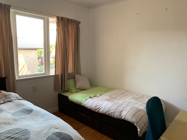 Sunny room with Two Single + trundle near NorthTec