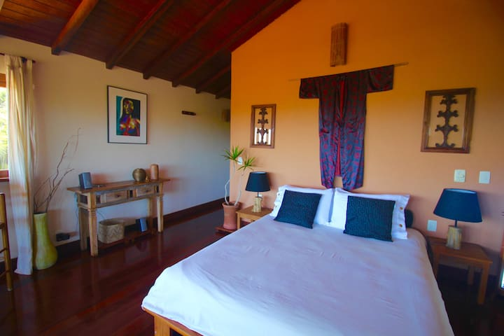 Spacious Suite with a great view of Ferradura beach equipped with A.C. and ceiling fan.