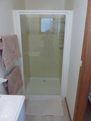 Comfy room ensuite bathroom + swimming pool - Shearwater - Hus