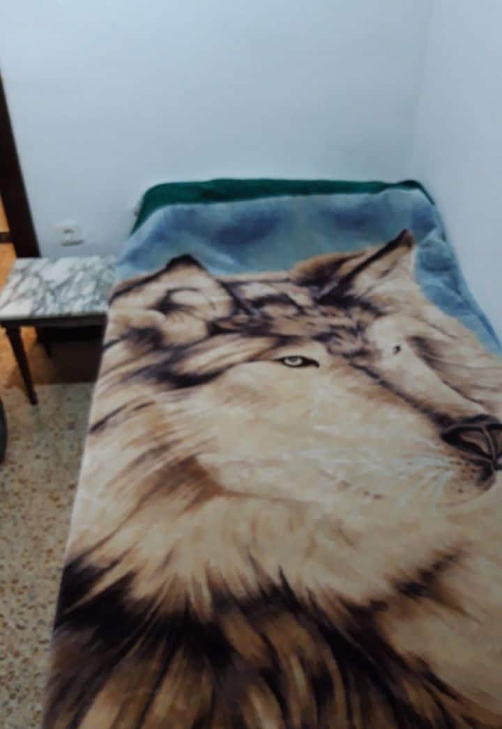 Habitación  cómoda cama de 105x190 cama nueva