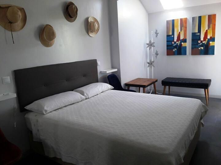 Coqueta habitación con terraza cerca de Pto Banús