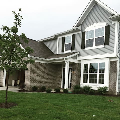 Private room in prime location! - Noblesville - Huis