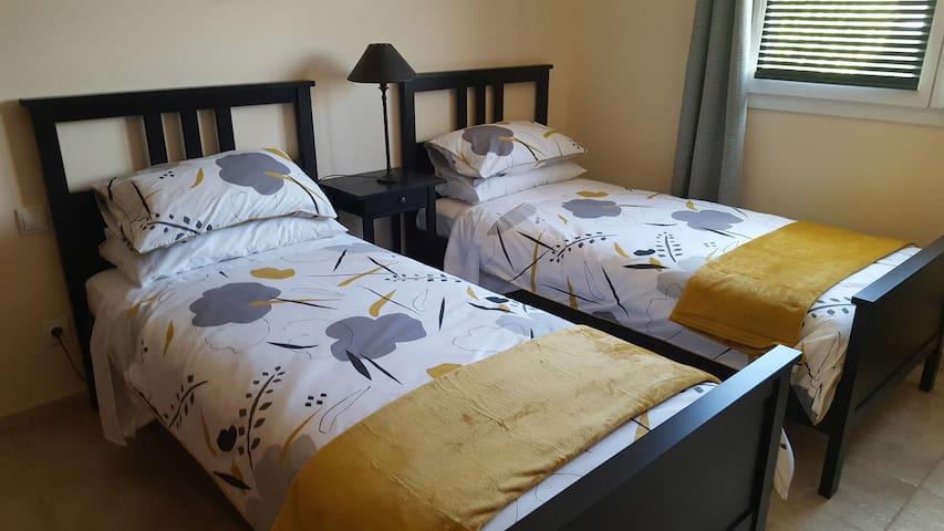 Twin bedroom (2 single beds)
