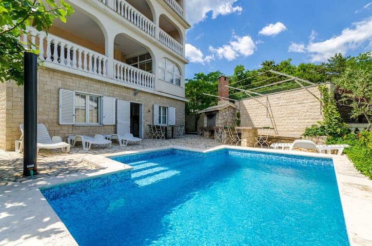 Lovely apartment with pool for up to 3 people