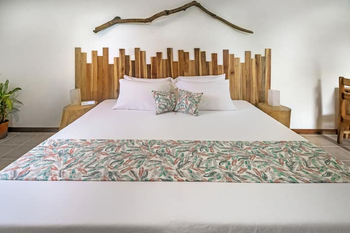 Drift Away Eco Lodge - Deluxe King Room, Avellanas