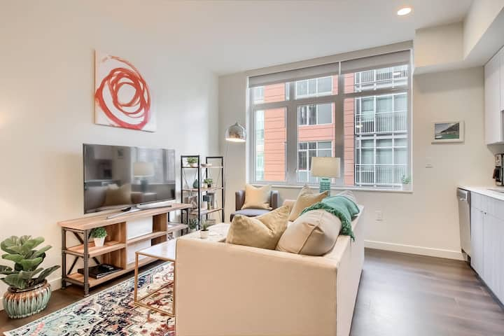 Bright & Welcoming Studio Apt in Union Station