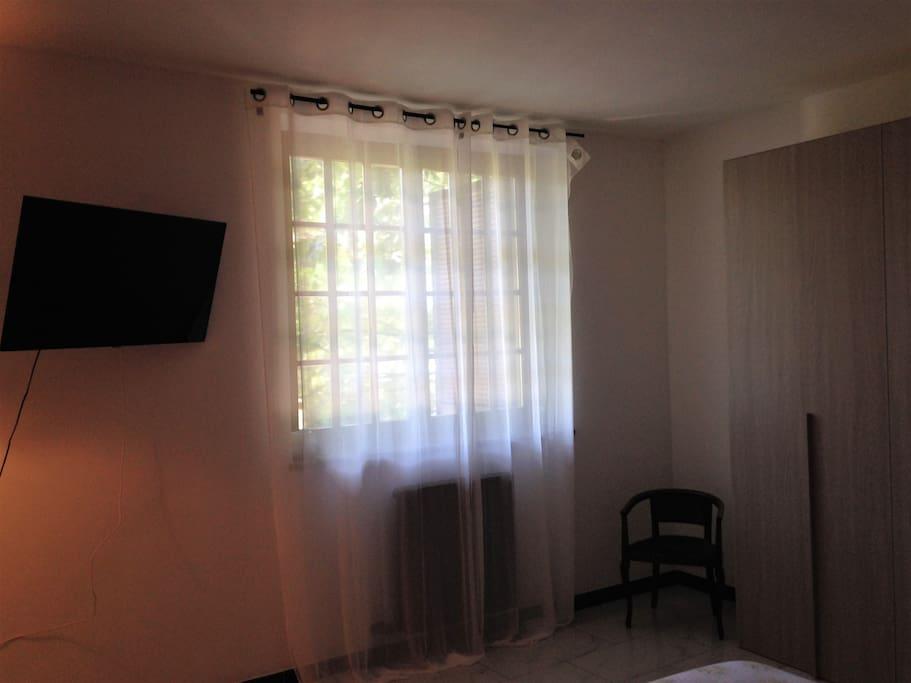 doppia  finestra e TV fronte letto