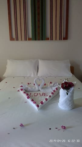 Una habitación matrimonial, decorada para ocasión especial.