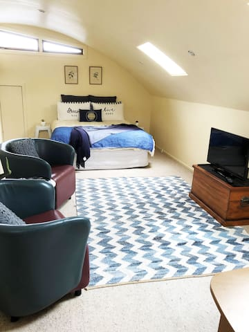 Private room on second floor - own floor to yourselves. TV and cosy leather casual chairs. Plenty of space to relax in.