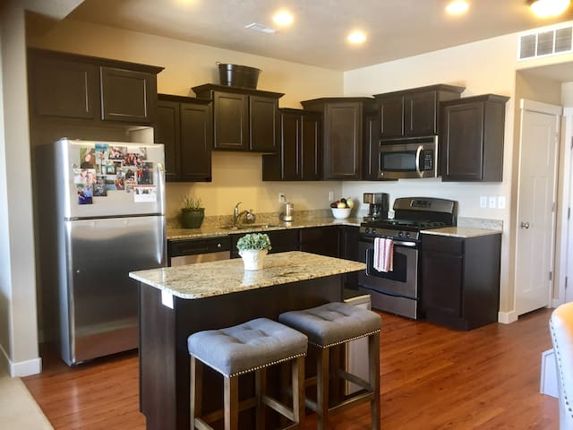 Newer Townhouse/Clubhouse Amenities - South Jordan