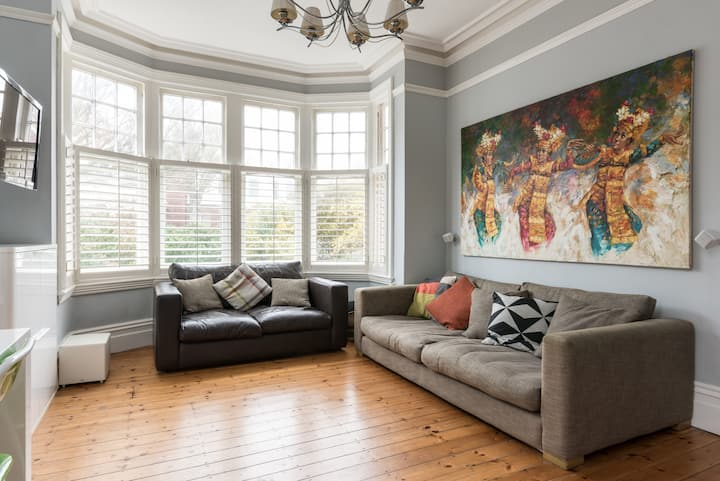 Bright and contemporary flat in central Hove