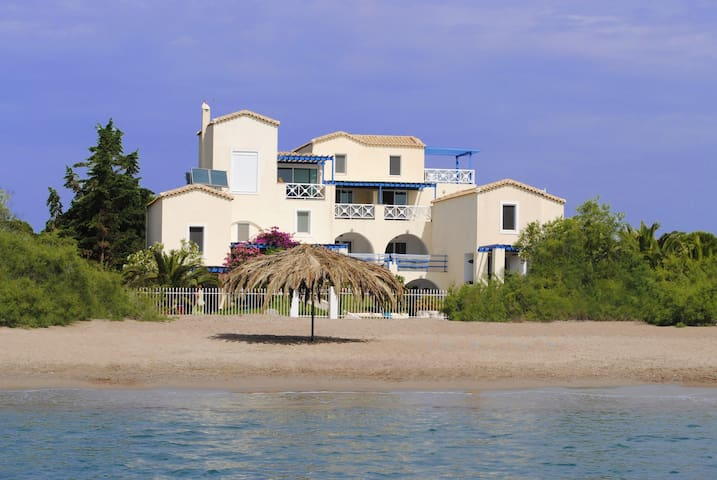 ANASTAZIA STUDIOS ON THE SANDY BEACH. AMAZING! - Petrothalassa - Pension