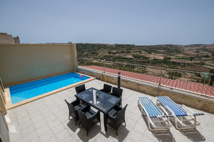 A large House Gil3 with outdoor pool and views