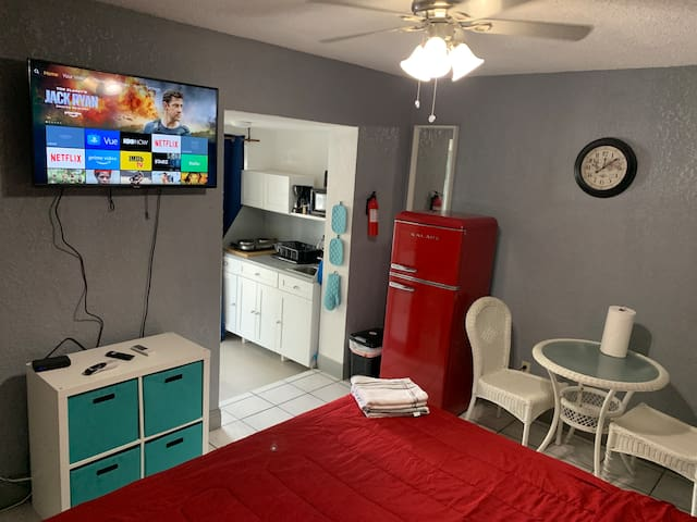 Cozy study in the heart of Miami, for two
