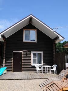 двухэтажный дом в оцилиндрованном бревне - Sukko - Casa