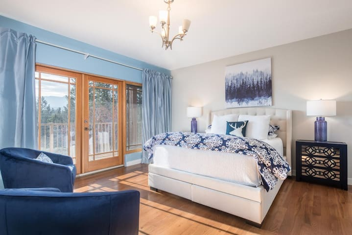 This master bedroom with en suite is furnished with a queen sized bed with premium linens for the perfect nights sleep.  Wake up in the morning to beautiful views of the mountains and enjoy the sunset from your own private balcony.