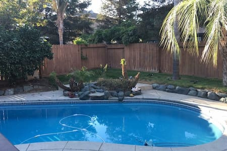 Private room, private bathroom, POOL AND HOT TUB - Brentwood - House