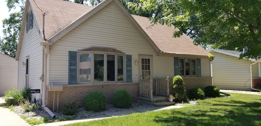 EAA AirVenture getaway! 3 bedroom cozy home!