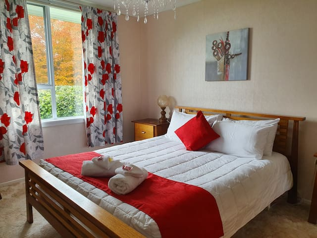 Deluxe Queen Room with Lake Views