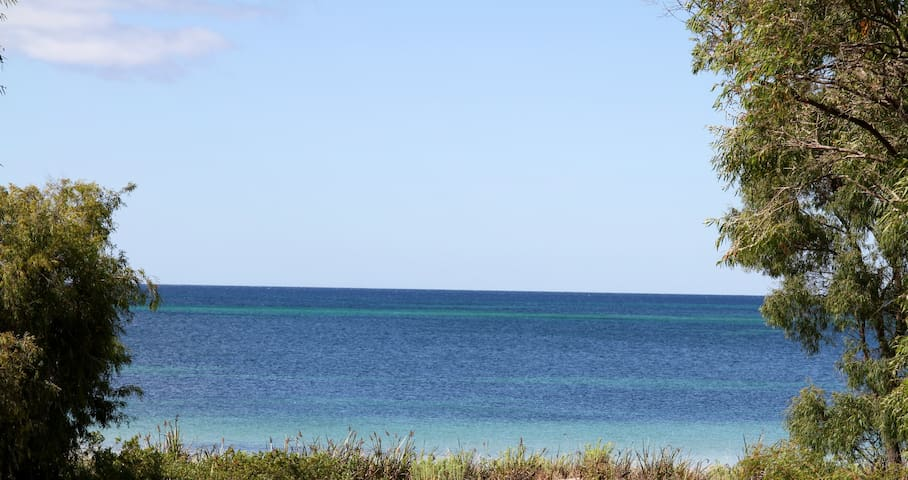 ABSOLUTE OCEAN FRONT 3 BEDROOM APARTMENT - Broadwater - Pis