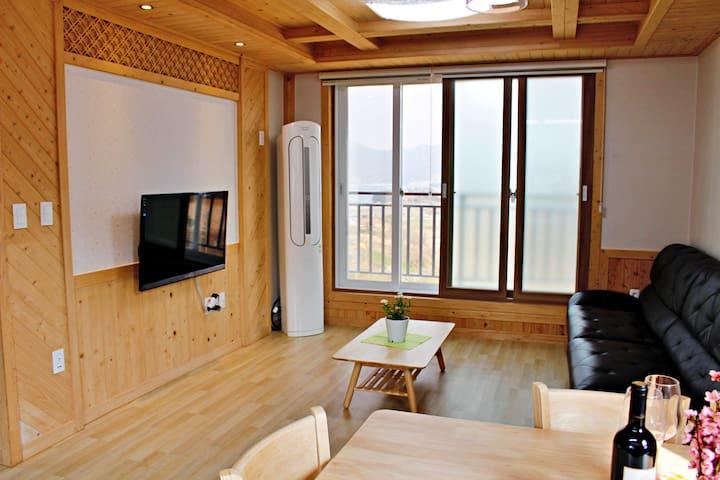 통영 편백나무집 - 옻칠미술관, 세자트라숲 근처 신축, 전원주택 , 바다 보임, 바비큐가능