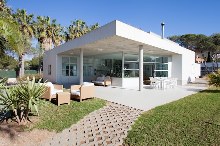 ARCHITECT DESIGNED BEACHFRONT HOUSE