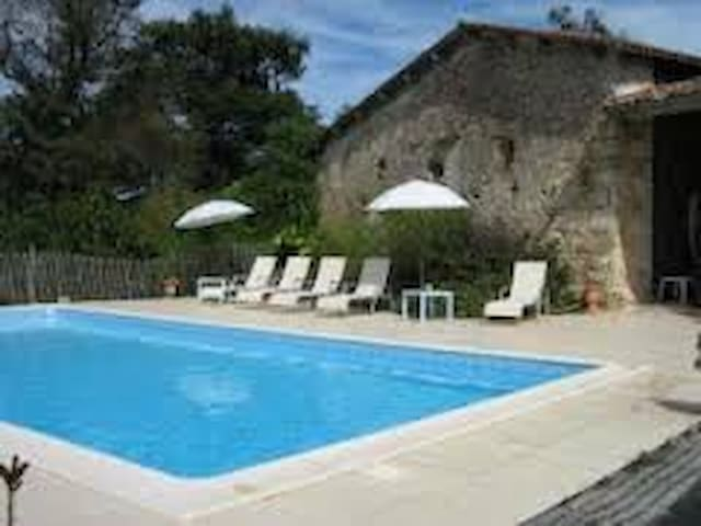 Charming farm/swim. pool - 35 min from Bordeaux F - Montlieu-la-Garde - Casa de hóspedes