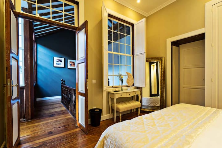 Las dos habitaciones dan a un corredor lleno de luz gracias al patio interior de la Casa