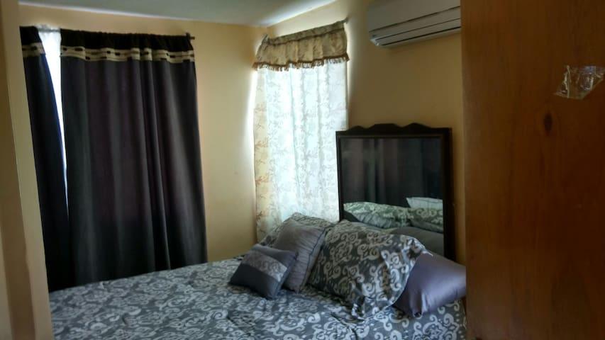 cuarto con 2 camas y parking - San Nicolás de los Garza - House