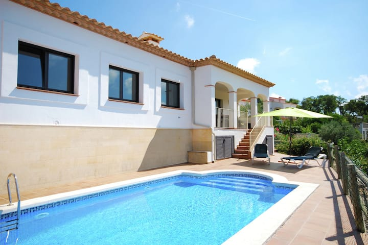 Luxurious Villa in Calonge with Private Pool
