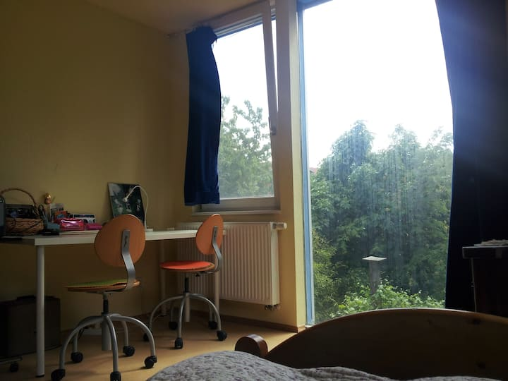 Ruhiges, hübsches Zimmer im Haus mit Garten