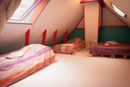 Warm colorful room in a cosy old farm house (4 p) - Groningen