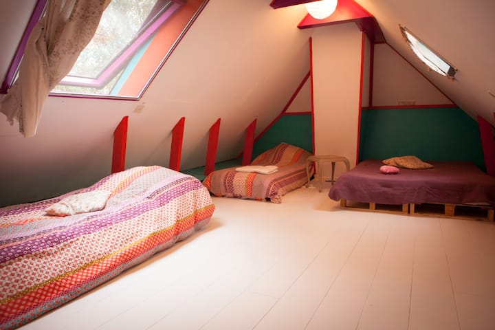 Warm colorful room in a cosy old farm house (4 p)