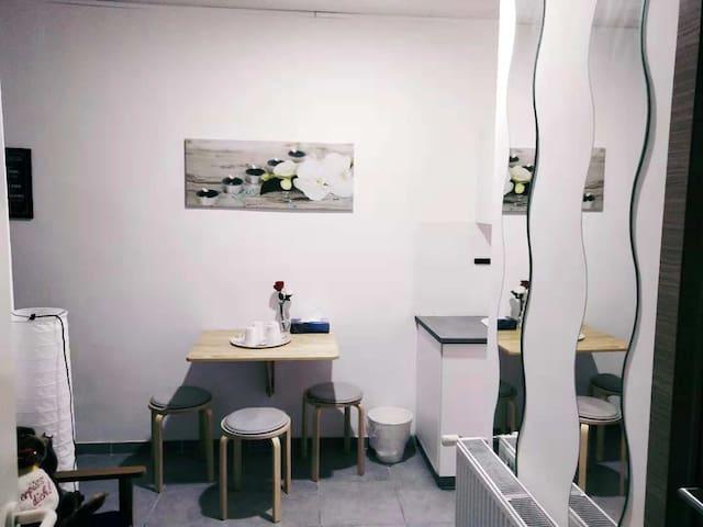 六. A  single room with share the bathroom