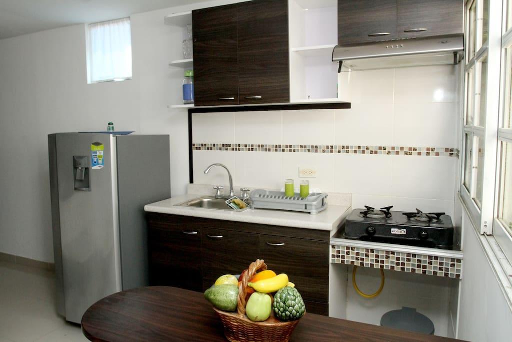 Cocina equipada con: nevera, estufa, cafetera, vajilla, licuadora y todo lo necesario para preparar los alimentos