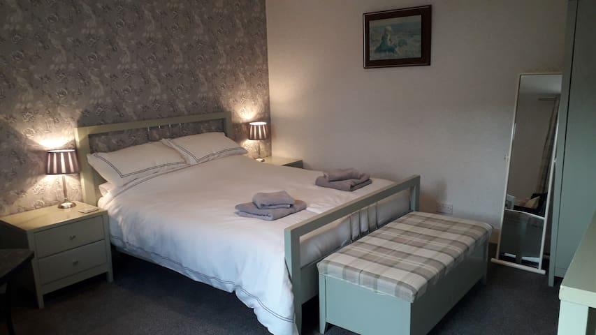 private double room with en suit and kitchen area