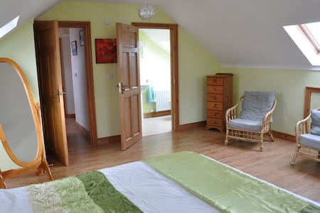 Home with double / 2 single bed ensuite rooms. - Haus