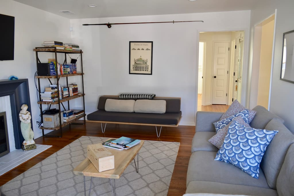 Daybed in living room turns into single sleep space