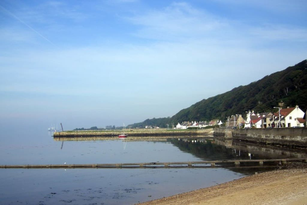 Limekilns SeaFront - the Ship's Cabin is at the far end of this picture next to the Ship Inn