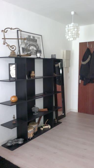Porte manteau à la porte d'entrée et étagère de rangement
