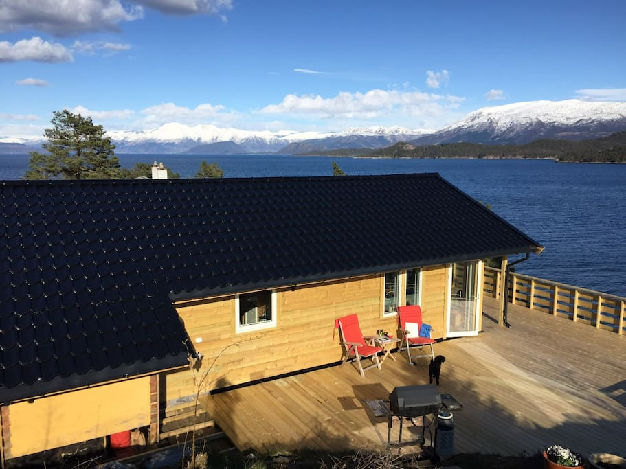 The cottage is situated 70 m from the water, with a great view towards Rosendal and the mountains around