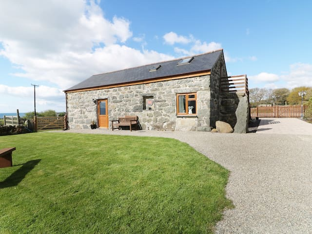 SGUBOR, pet friendly, luxury holiday cottage in Chwilog, Ref 982192