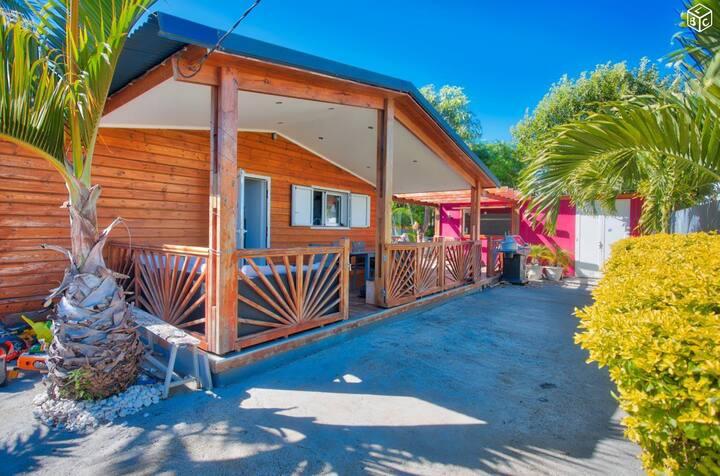 Maison créole climatisée avec piscine privée.