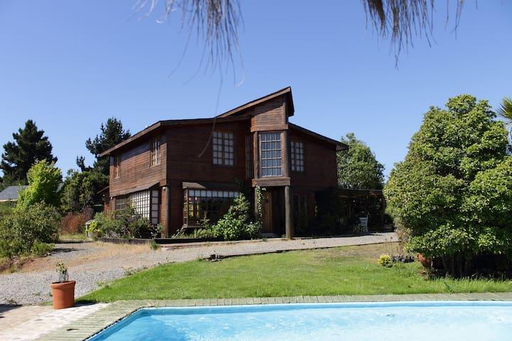 Casa de maderas nativas con vistas y amplio jardín